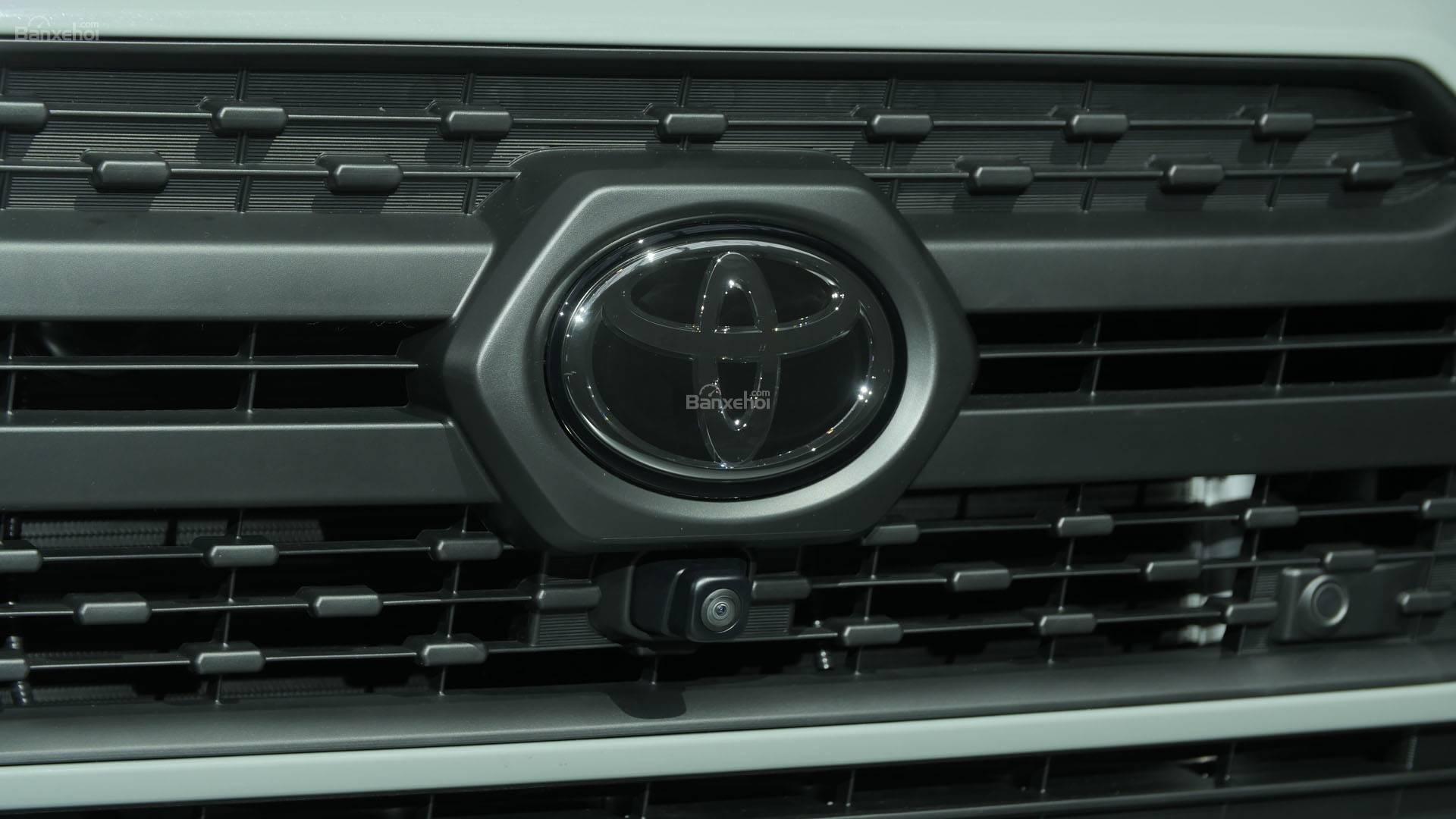Đánh giá xe Toyota RAV4 2019 về thiết kế đầu xe: Lưới tản nhiệt mới 2
