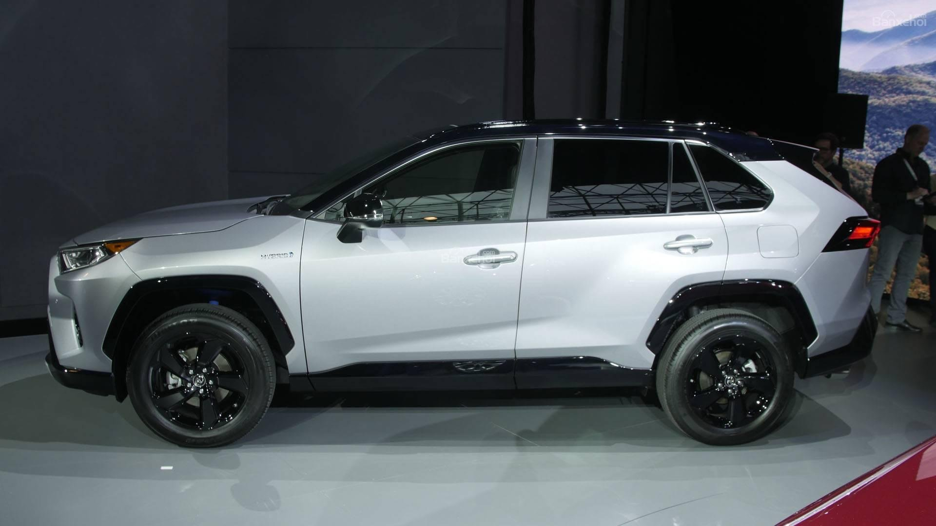 Đánh giá xe Toyota RAV4 2019 về thiết kế thân xe: Thân xe đồ sộ hơn 2