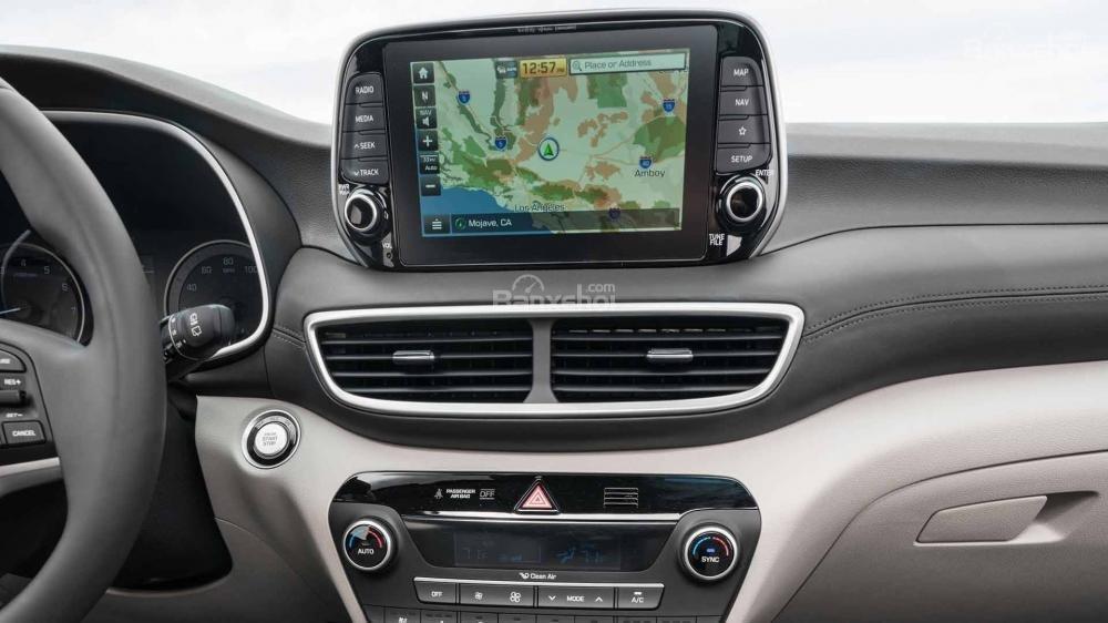 Đánh giá xe Hyundai Tucson 2019: Khu vực bảng điều khiển trung tâm .