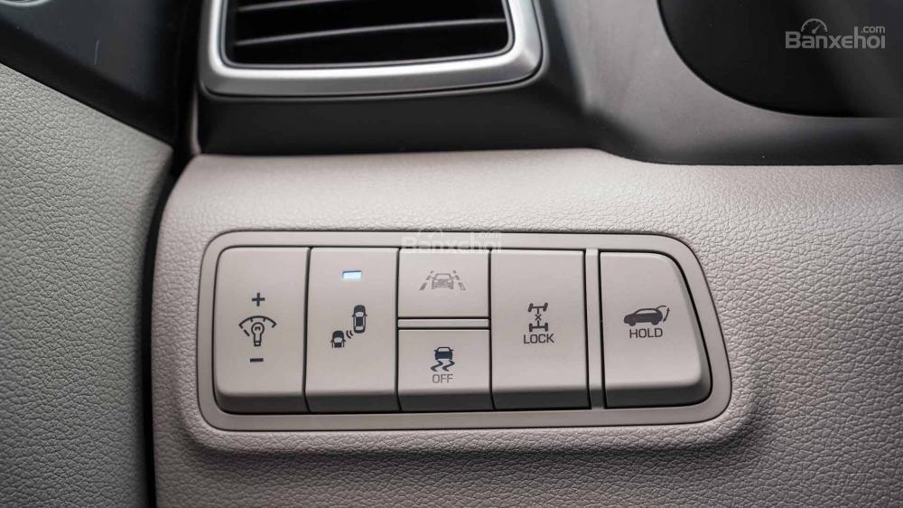Đánh giá xe Hyundai Tucson 2019: Các nút điều khiển sau vô-lăng.