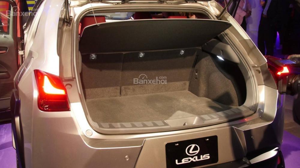 Đánh giá xe Lexus UX 2019 - 2020 về khoang hành lý.