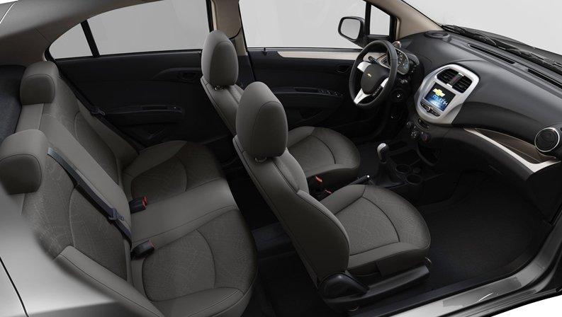 So sánh xe Suzuki Celerio 2018 và Chevrolet Spark LT 2018 về không gian xe 1