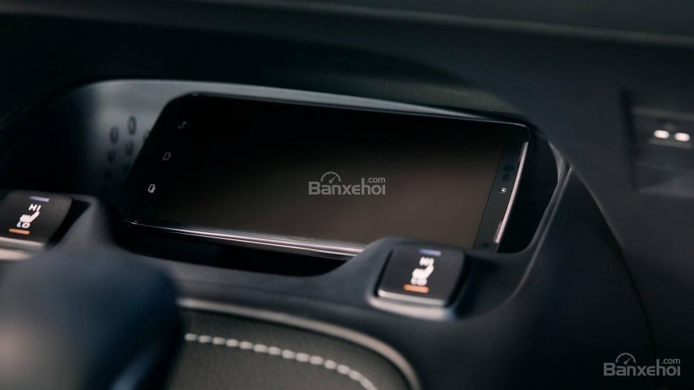 Đánh giá xe Toyota Corolla Hatchback 2019: Sạc không dây a1