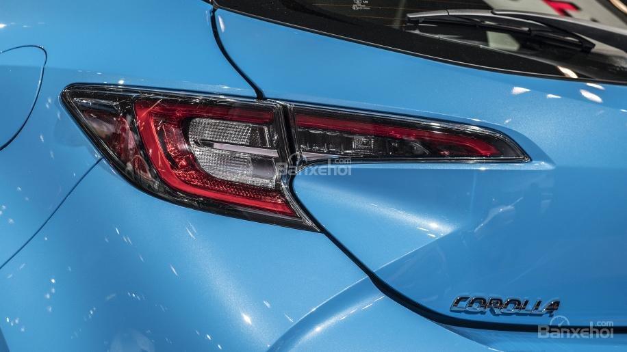 Đánh giá xe Toyota Corolla Hatchback 2019: Đèn hậu hình chữ J tương tự đèn pha.