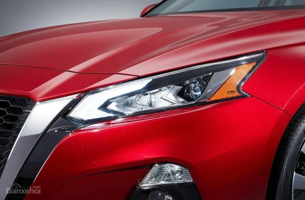 Đánh giá xe Nissan Altima 2019: Đèn pha.