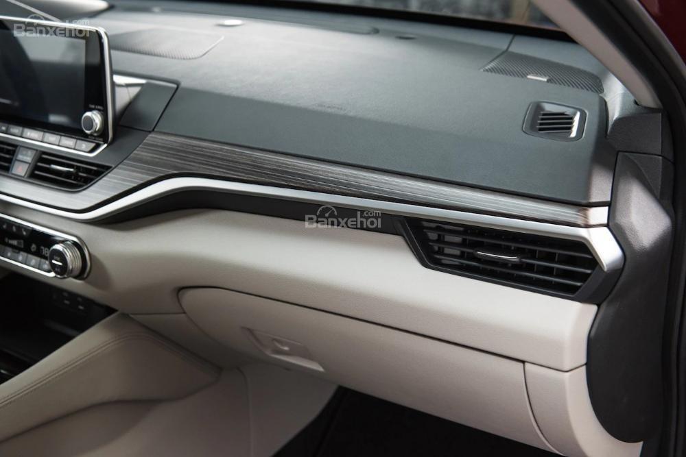 Đánh giá xe Nissan Altima 2019: Mặt sau cửa xe.