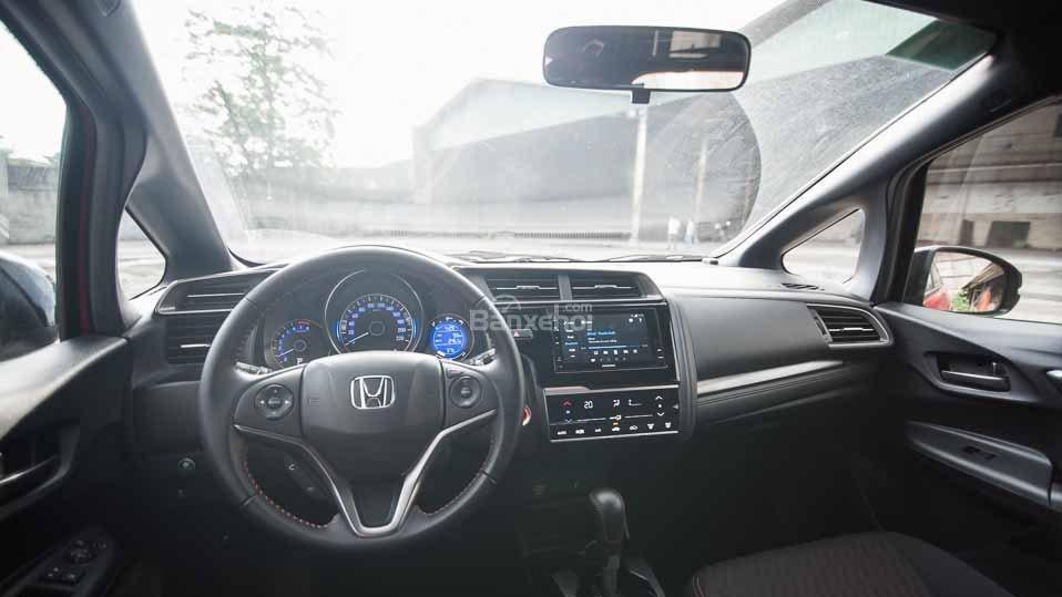 Honda Jazz thua kém Mazda 2 ở khu vực nội thất rất nhiều.