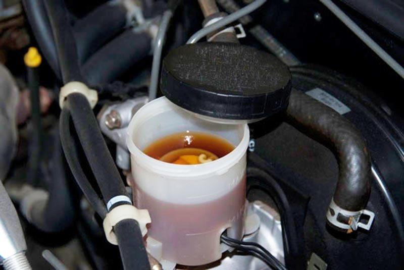 Dầu phanh nhiễm nước: Hiểm họa tiềm ẩn cho ô tô 1
