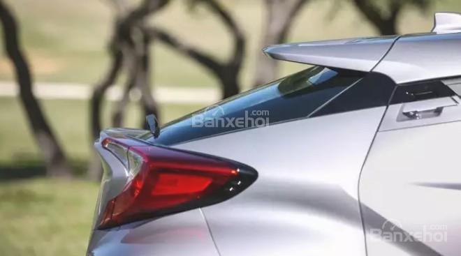 Đánh giá xe Toyota C-HR 2017: Đuôi xe khi nhìn ngiêng.