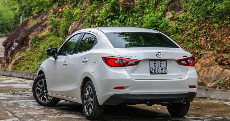 So sánh xe Mazda 2 2018 và Hyundai Accent 2018 về đuôi xe 3
