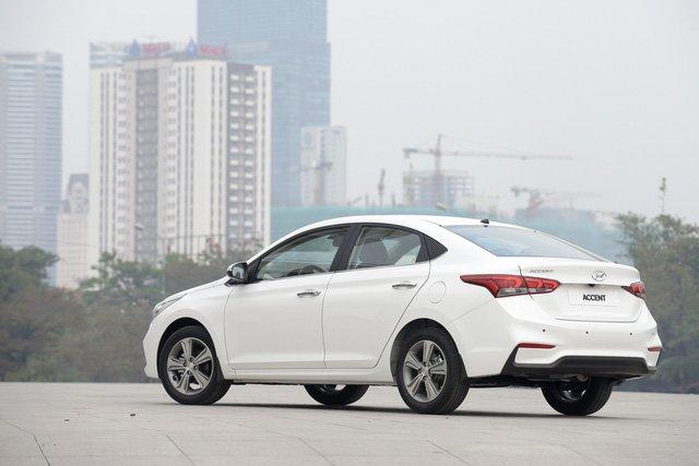 So sánh xe Mazda 2 2018 và Hyundai Accent 2018 về đuôi xe.