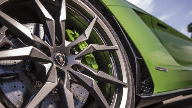 Điều gì tạo nên sự hấp dẫn cho Lamborghini Aventador S? a8