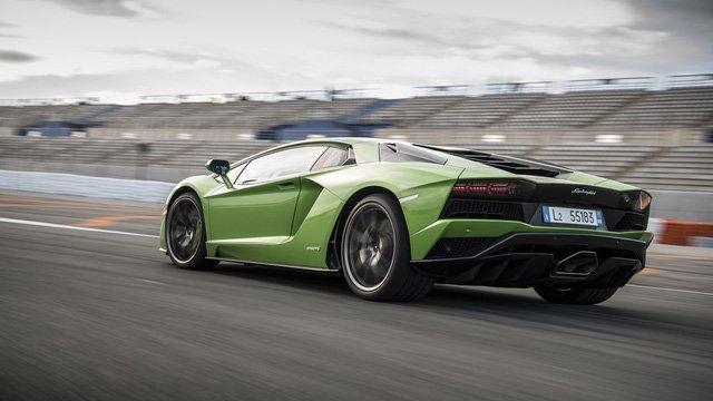 Điều gì tạo nên sự hấp dẫn cho Lamborghini Aventador S? a3