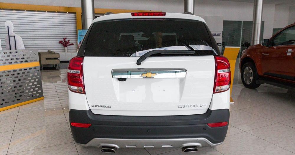 So sánh xe Chevrolet Captiva Revv 2018 và Kia Sorento 2018 về đuôi xe 4
