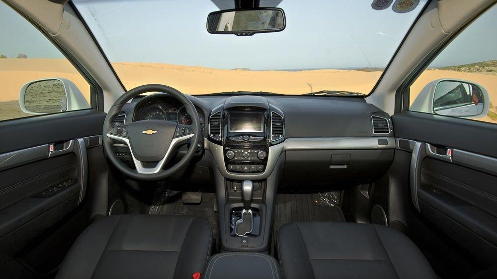 So sánh xe Chevrolet Captiva Revv 2018 và Kia Sorento 2018 về táp-lô.