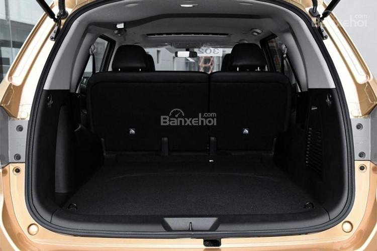 Đánh giá xe Nissan Terra 2018: Khoang hành lý khi chưa gập ghế.