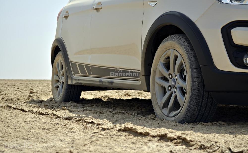 Đánh giá xe Ford Freestyle 2018: Ốp vòm bánh xe màu đen nổi bật.