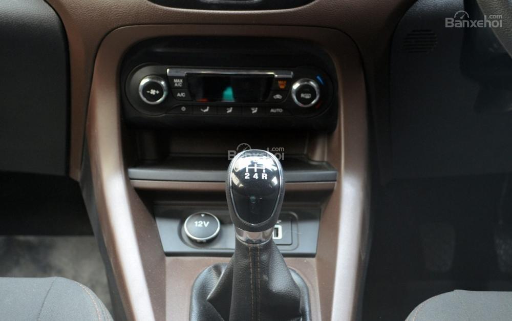 Đánh giá xe Ford Freestyle 2018: Khu vực điều khiển trung tâm.