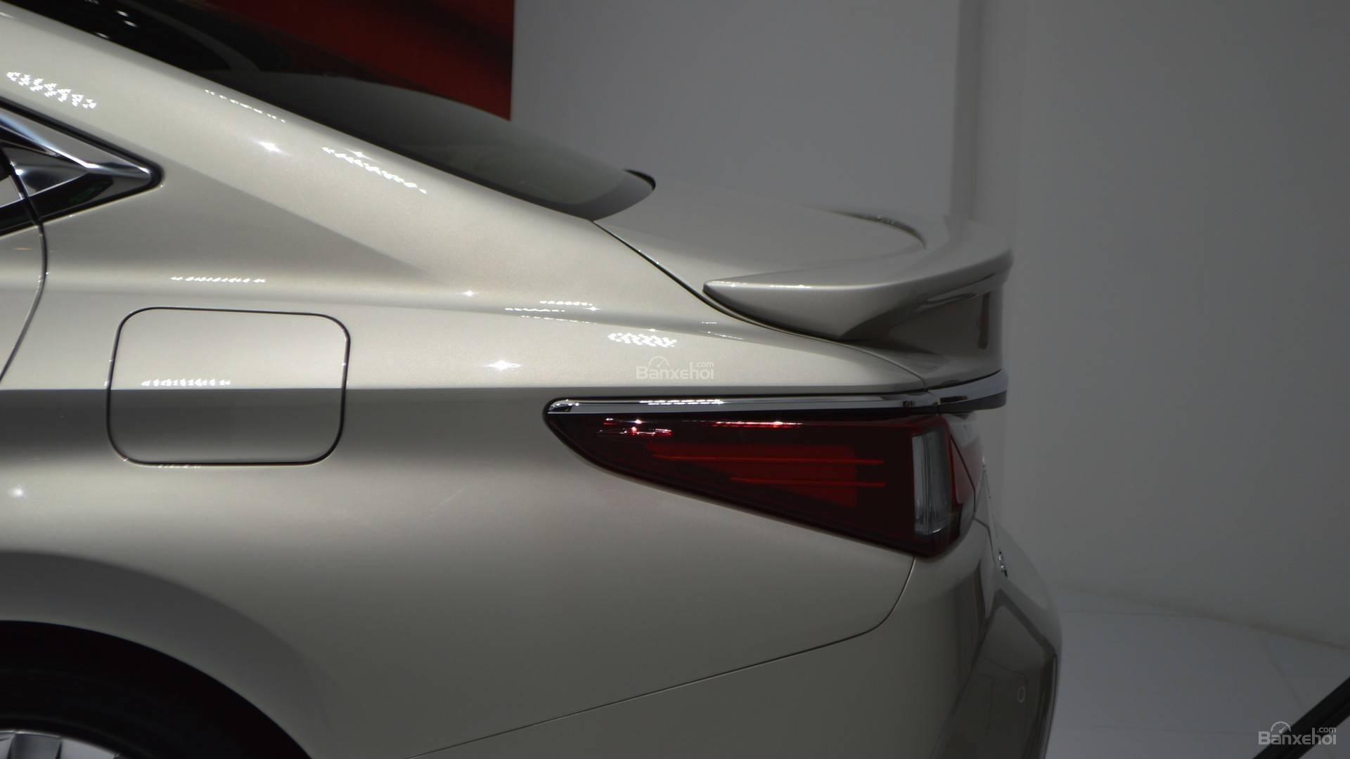 Đánh xe Lexus ES 2019: Cánh gió tích hợp z