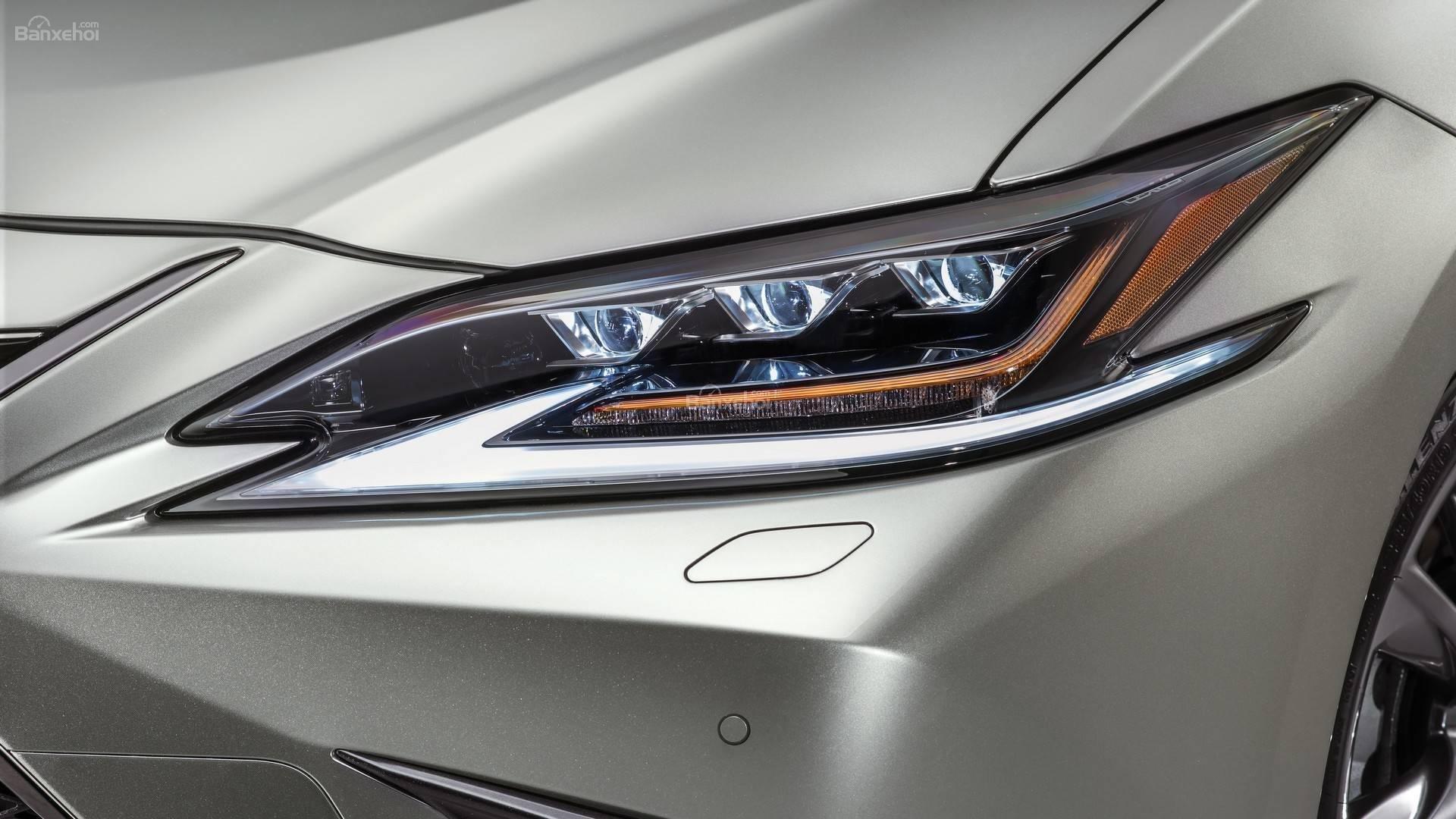 Đánh giá xe Lexus ES 2019: Cụm đèn trước tích hợp liền với nhau z