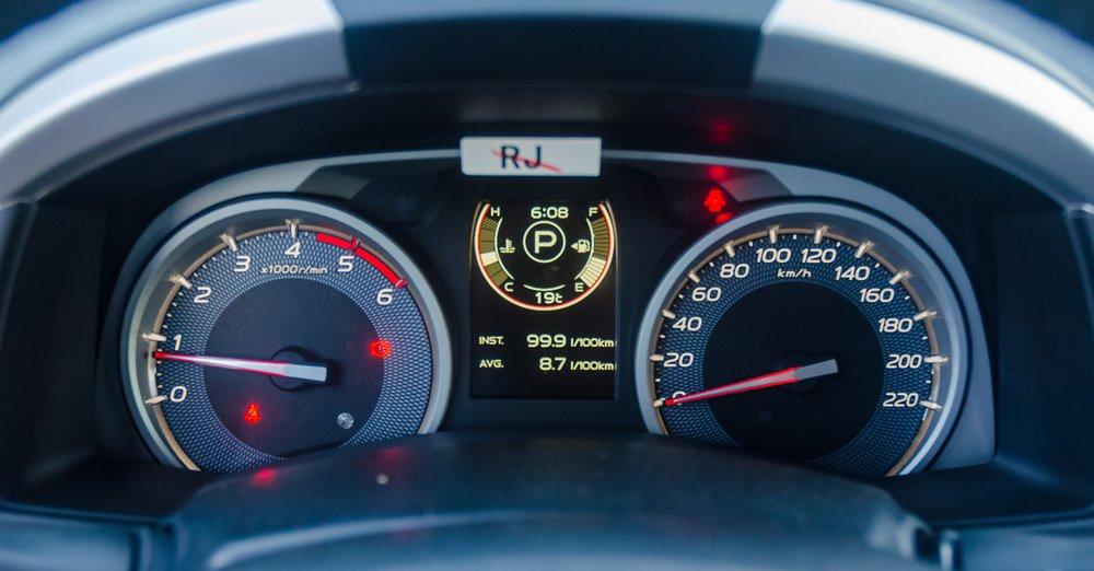 So sánh xe Isuzu MU-X và Chevrolet Trailblazer về đồng hồ lái.