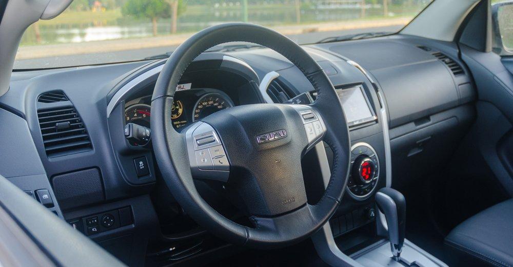 So sánh xe Isuzu MU-X và Chevrolet Trailblazer về vô-lăng.