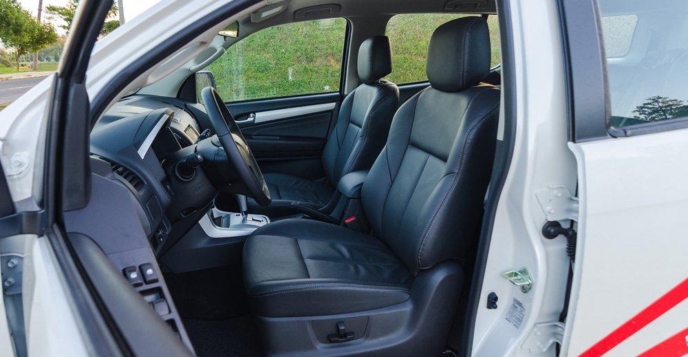 So sánh xe Isuzu MU-X và Chevrolet Trailblazer về ghế ngồi.