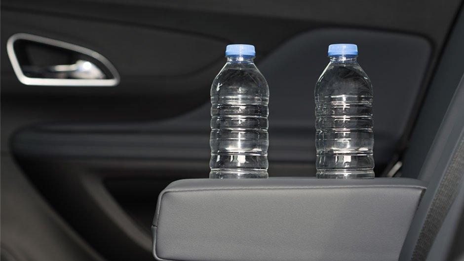 Nguy cơ từ việc đặt sai vị trí chai nước trên xe ô tô 1