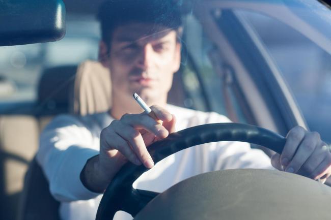 Tác hại của việc hút thuốc lá trên xe ô tô và mẹo đánh bay mùi hôi thuốc lá 1