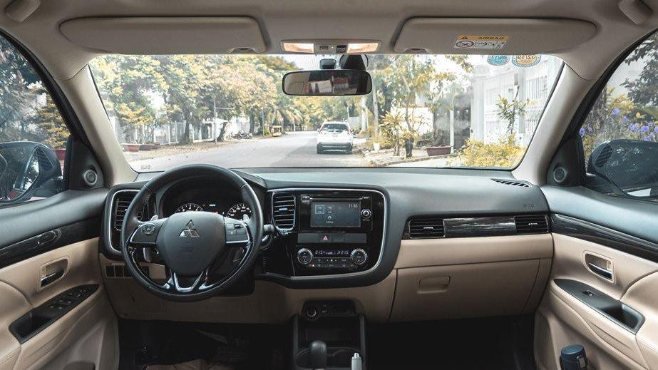So sánh xe Mazda CX-5 2018 và Mitsubishi Outlander 2018 về táp-lô 4