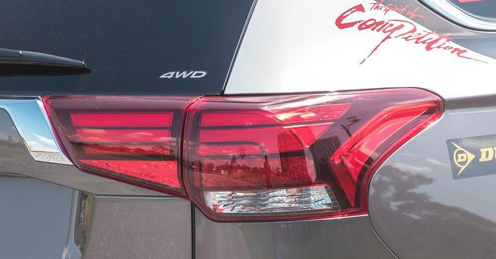 So sánh xe Mazda CX-5 2018 và Mitsubishi Outlander 2018 về đuôi xe 7