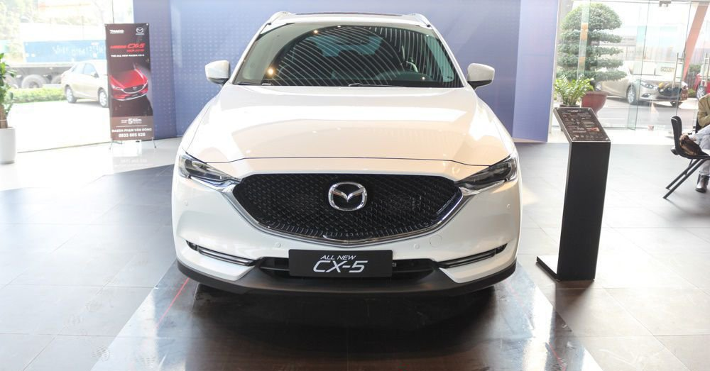So sánh xe Mazda CX-5 2018 và Mitsubishi Outlander 2018 về đầu xe.