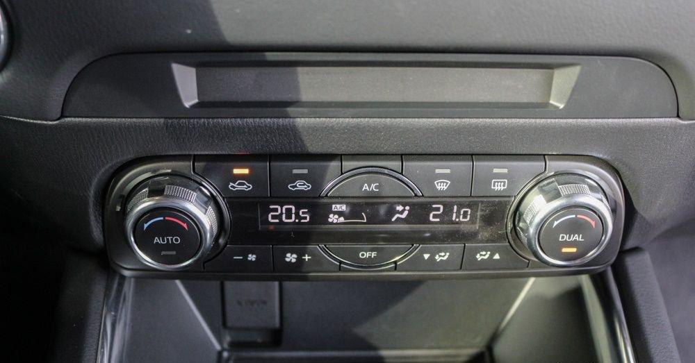 So sánh xe Mazda CX-5 2018 và Mitsubishi Outlander 2018 về trang bị giải trí.