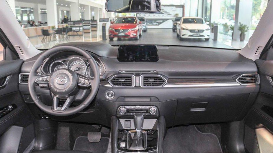 So sánh xe Mazda CX-5 2018 và Mitsubishi Outlander 2018 về táp-lô.