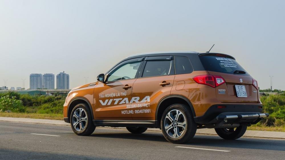 So sánh xe Ford Ecosport 2018 và Suzuki Vitara 2018 về đuôi xe.