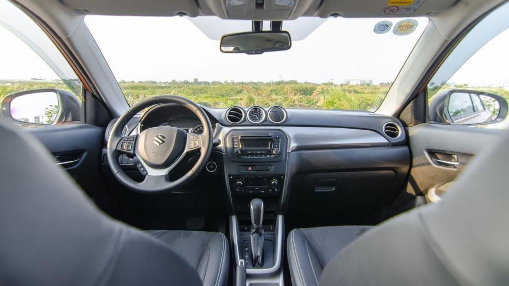 Suzuki Vitara và Ford Ecosport đều sở hữu cabin thực dụng và gọn gàng.