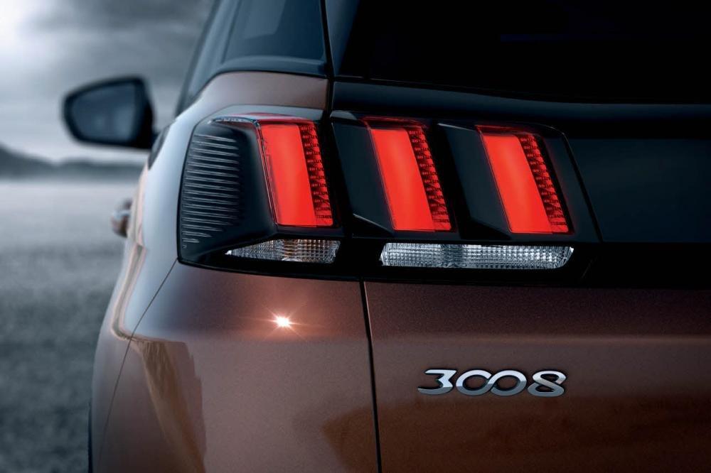 Đánh giá xe Peugeot 3008 2018: Đèn hậu lấy cảm hứng từ móng vuốt sư tử 1