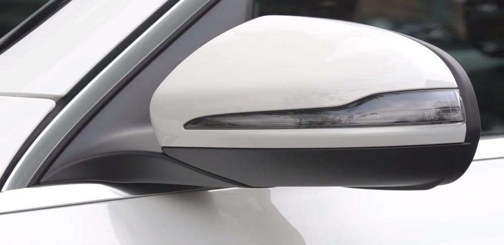 Ảnh chụp gương chiếu hậu xe Mercedes-Benz GLC 200 2018