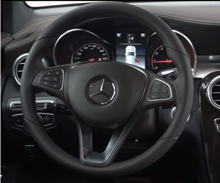 Ảnh chụp vô-lăng xe Mercedes-Benz GLC 200 2018