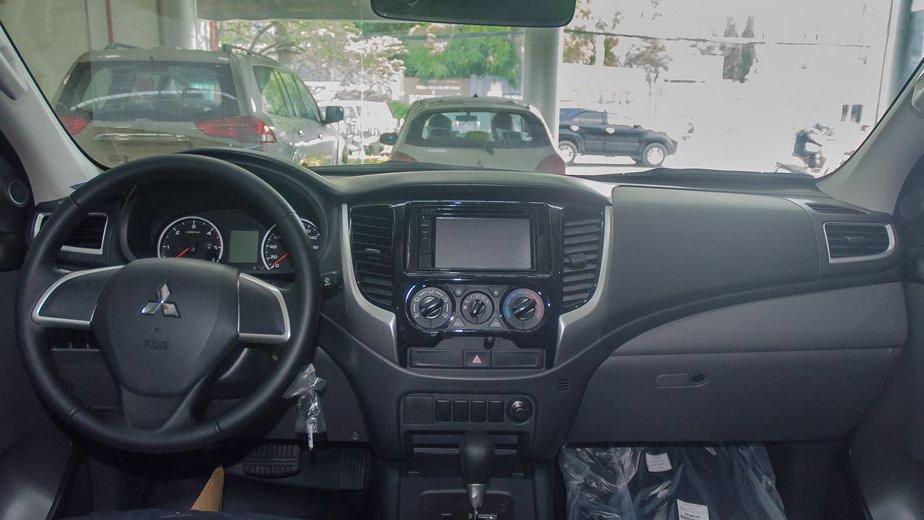 Chevrolet Colorado 2018 và Mitsubishi Triton 2018 đều hướng theo phong cách nội thất tối giản 2