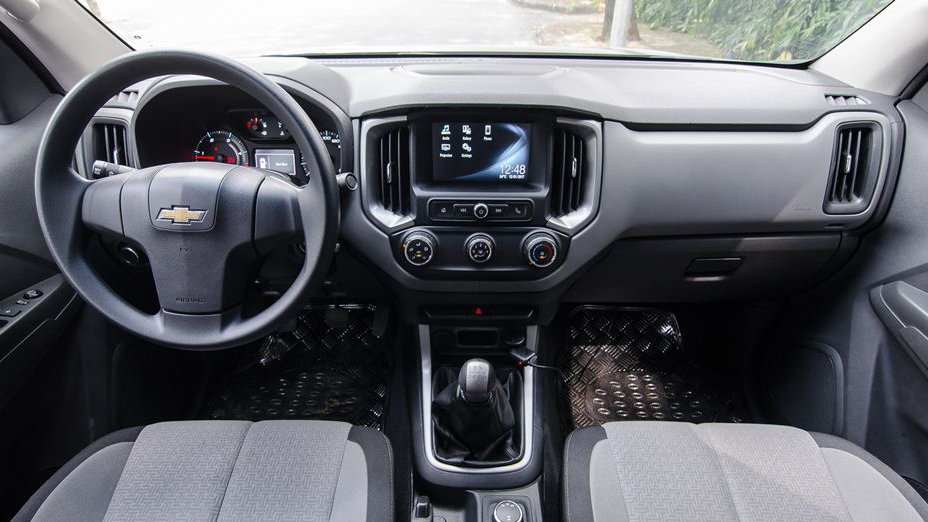 Chevrolet Colorado 2018 và Mitsubishi Triton 2018 đều hướng theo phong cách nội thất tối giản.
