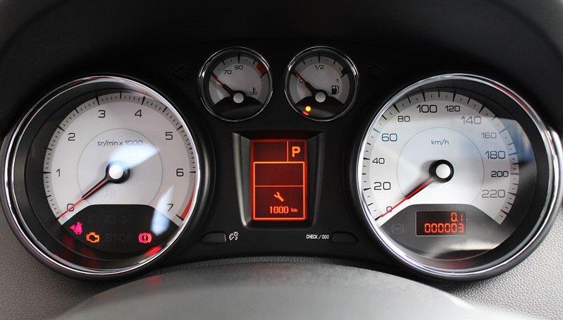 Đánh giá Peugeot 408 2018: Thiết kế đồng hồ lái 1