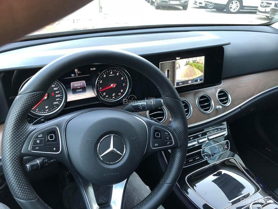 Đánh giá xe Mercedes-Benz E200 2018: Vô-lăng 3 chấu.