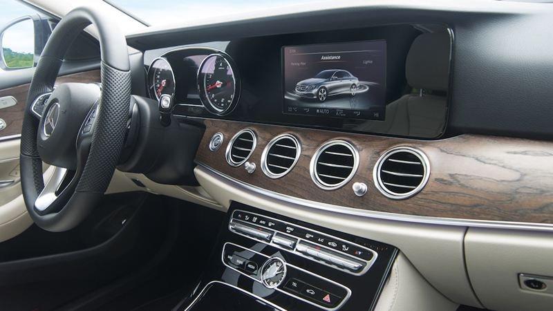 Đánh giá xe Mercedes-Benz E200 2018: Khu vực bảng điều khiển trung tâm.