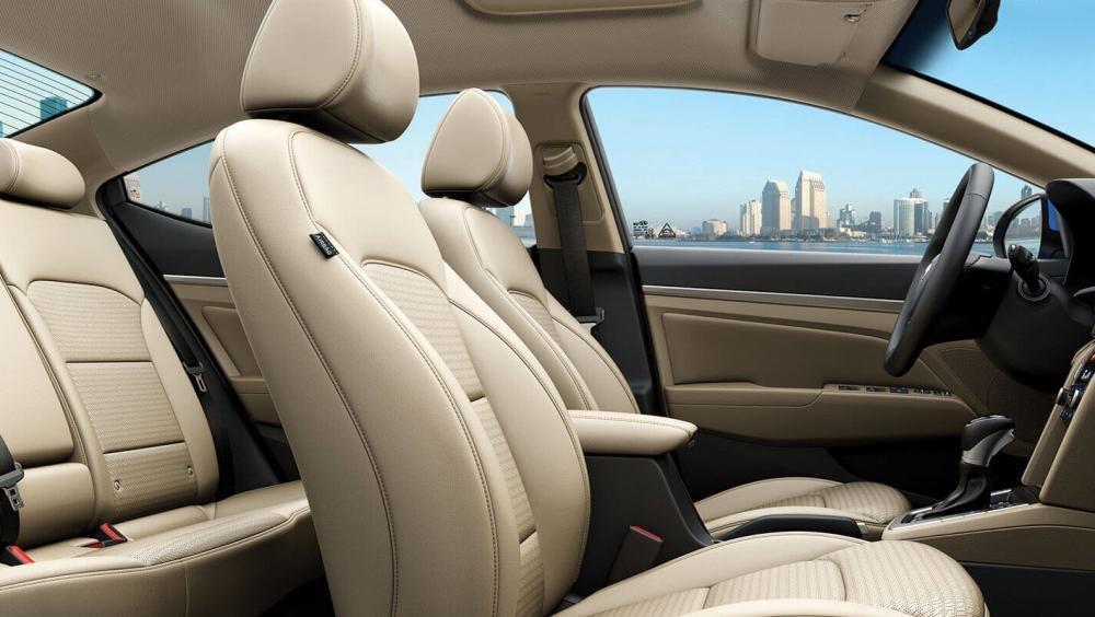 So sánh xe Hyundai Elantra 2.0AT 2018 và Kia Cerato 2.0L 6AT 2018 về ghế ngồi2