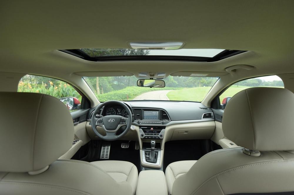 So sánh xe Hyundai Elantra 2.0AT 2018 và Kia Cerato 2.0L 6AT 2018 về khoang cabin.
