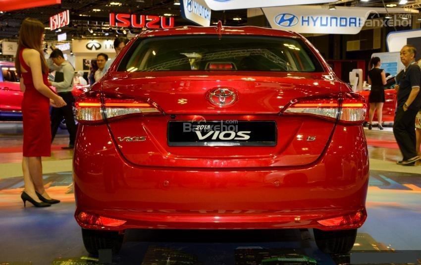 Đánh giá xe Toyota Vios 2018: Đuôi xe.