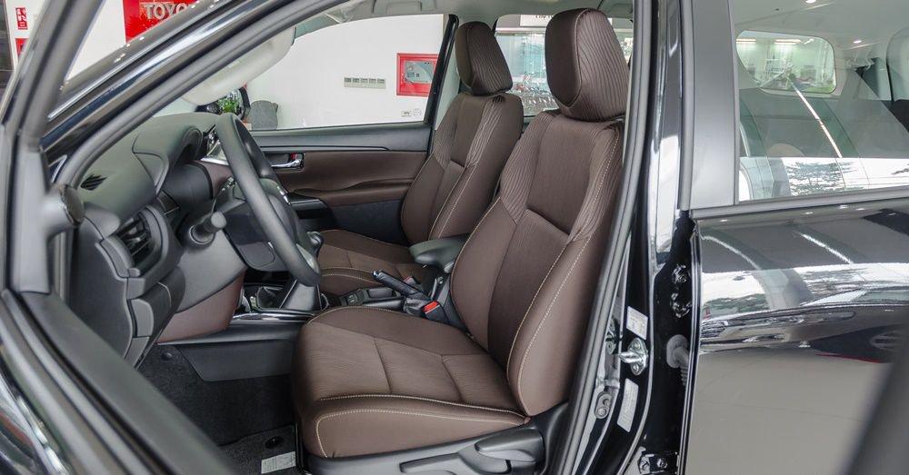 So sánh Nissan Terra 2018 và Toyota Fortuner 2018 về ghế ngồi 3