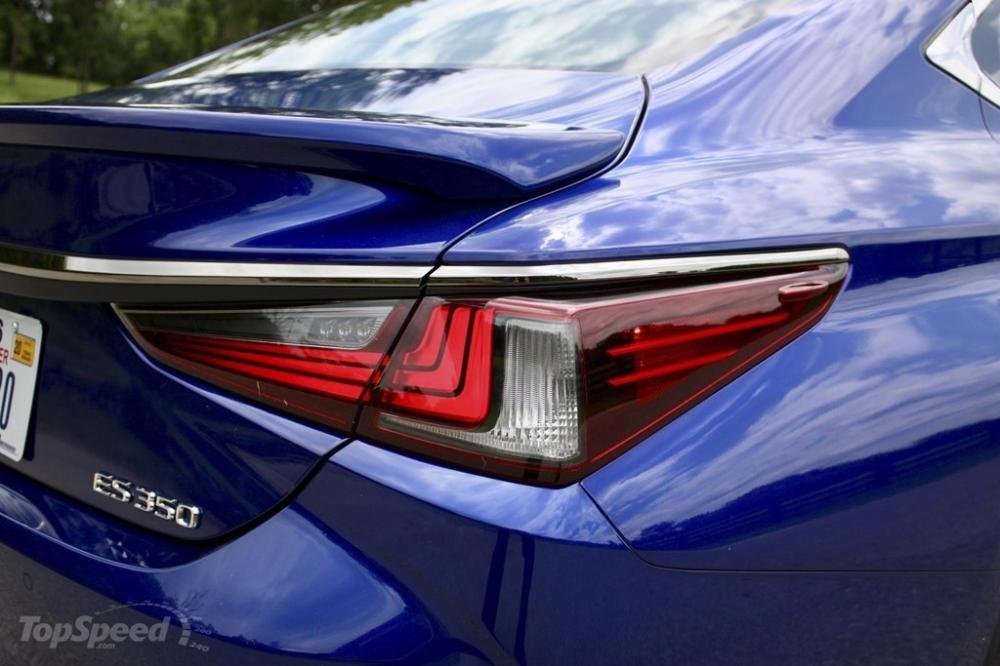 Đèn hậu của ô tô Lexus ES 2019 phiên bản thể thao đầy cuốn hút 1
