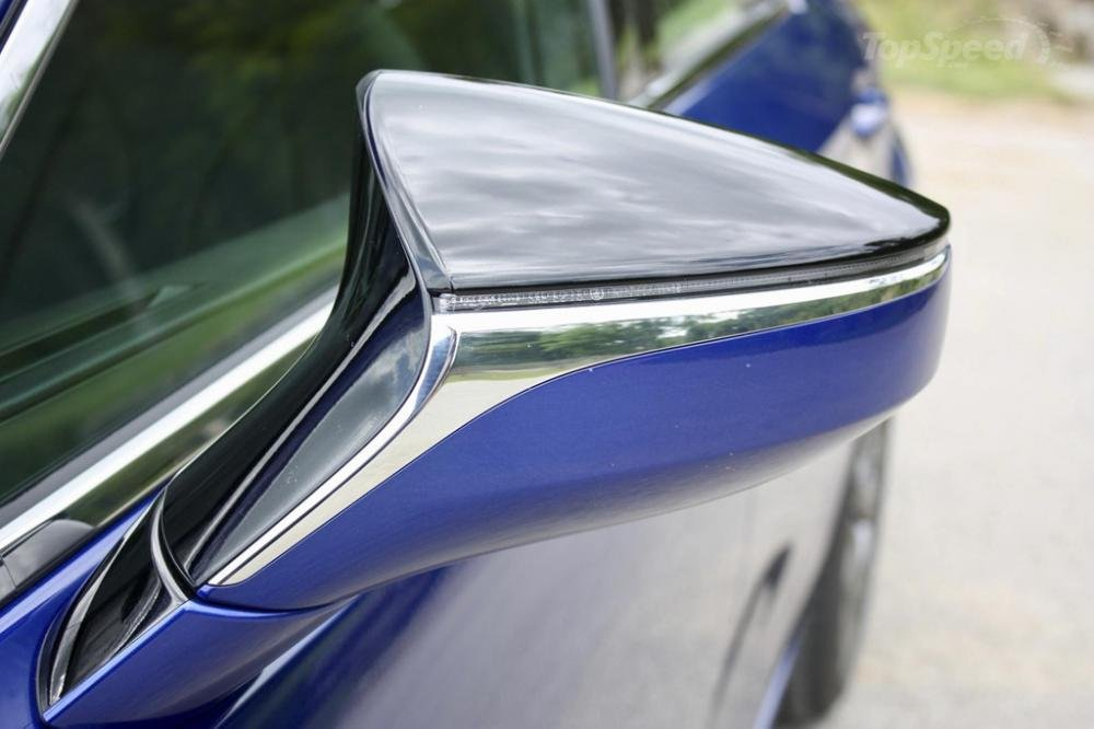 Gương chiếu hậu của Lexus ES 2019 phiên bản thể thao đầy cuốn hút